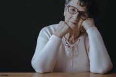 Femme plus âgée triste avec la dépression Photographie stock libre de droits