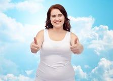 Femme plus de taille dans les sous-vêtements montrant des pouces  Photos libres de droits
