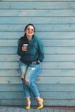 Femme plus de taille marchant sur la rue de ville photos stock