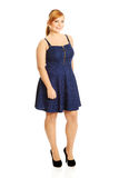 Femme plus de taille posant dans la jupe image libre de droits