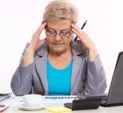 Femme pluse âgé d'affaires analysant les diagrammes financiers au bureau dans le bureau, concept d'affaires photo stock