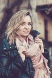 Femme portant en bas du manteau et de l'écharpe de plume Photos libres de droits