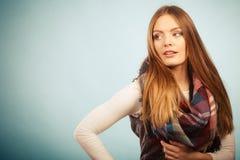 Femme portant l'habillement chaud vérifié de laine d'automne d'écharpe photographie stock