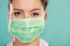 Femme portant la fin médicale de masque protecteur  photographie stock libre de droits