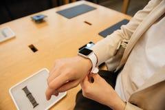Femme portant la nouvelle série 2 de montre d'Apple Images stock