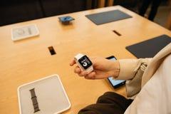 Femme portant la nouvelle série 2 de montre d'Apple Photographie stock