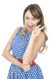 Femme portant la polka bleue Dot Dress Pointing Laughing Images stock