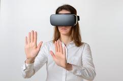 Femme portant la visionneuse 3D atteignant pour quelque chose Images libres de droits