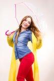 Femme portant le manteau imperméable sous le parapluie Photographie stock libre de droits