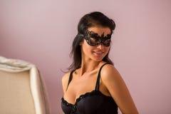 Femme portant le masque noir de dentelle Images libres de droits