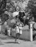 Femme portant le panier vivant de dinde et d'épicerie (toutes les personnes représentées ne vivent pas plus longtemps et aucun do photos libres de droits