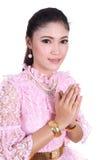 Femme portant le respect thaïlandais typique de salaire de robe photos libres de droits