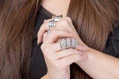 Femme portant les anneaux multiples Photographie stock