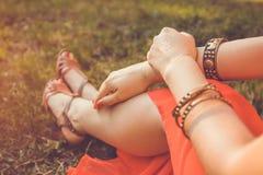 Femme portant les bijoux exotiques et le tatouage d'or de mehendi Photos libres de droits