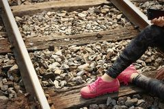Femme portant les chaussures roses à la station de train Photo stock