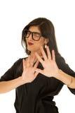 Femme portant les lunettes noires éloignant des yeux de mains fermés Photos stock