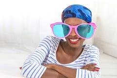 Femme portant les lunettes surdimensionnées drôles idiotes Photographie stock