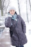 Femme portant les vêtements chauds Image stock