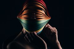 Femme portant quilling coloré de papier sur la tête Image libre de droits