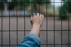 Femme portant un anneau image libre de droits