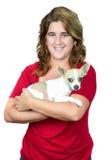 Femme portant un chien de chiwawa Photos libres de droits
