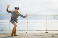 Femme portant VR dehors image stock