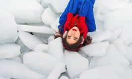 Femme posant à l'horaire d'hiver Photographie stock libre de droits