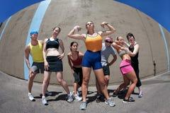 Femme posant avec des amis de forme physique Image libre de droits