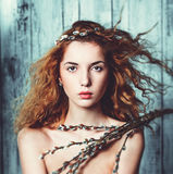Femme posant avec des Chat-saules Photos stock