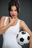 Femme posant avec la bille de football photographie stock libre de droits