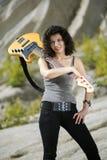 Femme posant avec la guitare basse jaune Photo stock