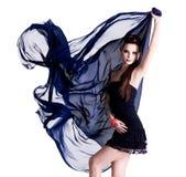 Femme posant avec la mousseline de soie Photo libre de droits