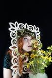 Femme posant avec le cadre de tableau Images stock