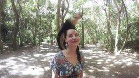 Femme posant avec un singe sur sa tête banque de vidéos