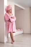 Femme posant dans des vêtements confortables après douche Photographie stock libre de droits