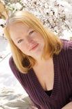 Femme posant dans la neige Images libres de droits