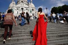 Femme posant dans la robe rouge Photo stock