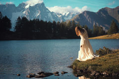 Femme posant dans le lac de montagne Image stock