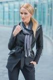 Femme posant dans le vêtement d'entreprise à la mode noir Image libre de droits