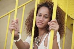 Femme posant derrière les bars image libre de droits