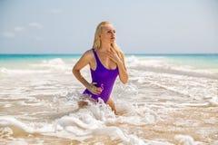 Femme posant en mer avec des vagues Photographie stock