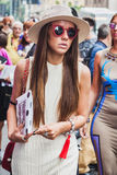 Femme posant les défilés de mode extérieurs de Byblos construisant pour la semaine 2014 de la mode de Milan Women Image libre de droits