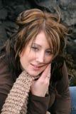 Femme posant par Rocks photos stock