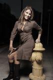Femme posant par une bouche d'incendie de frie Photo stock