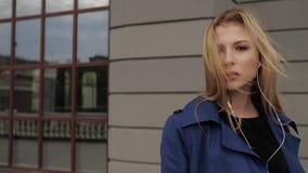 Femme posant passionément sur la caméra banque de vidéos
