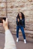 Femme posant pour des photos dehors Photographie stock libre de droits