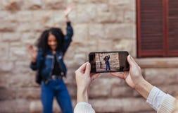 Femme posant pour des photos dehors Images libres de droits