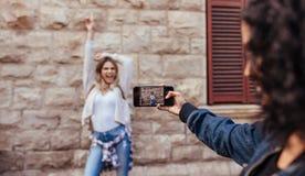 Femme posant pour des photos dehors Image stock