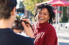 Femme posant pour l'appareil-photo Photos libres de droits