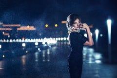Femme posant sous la pluie Images stock